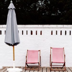 How cool are these pink deckchairs? RG cannellevanille