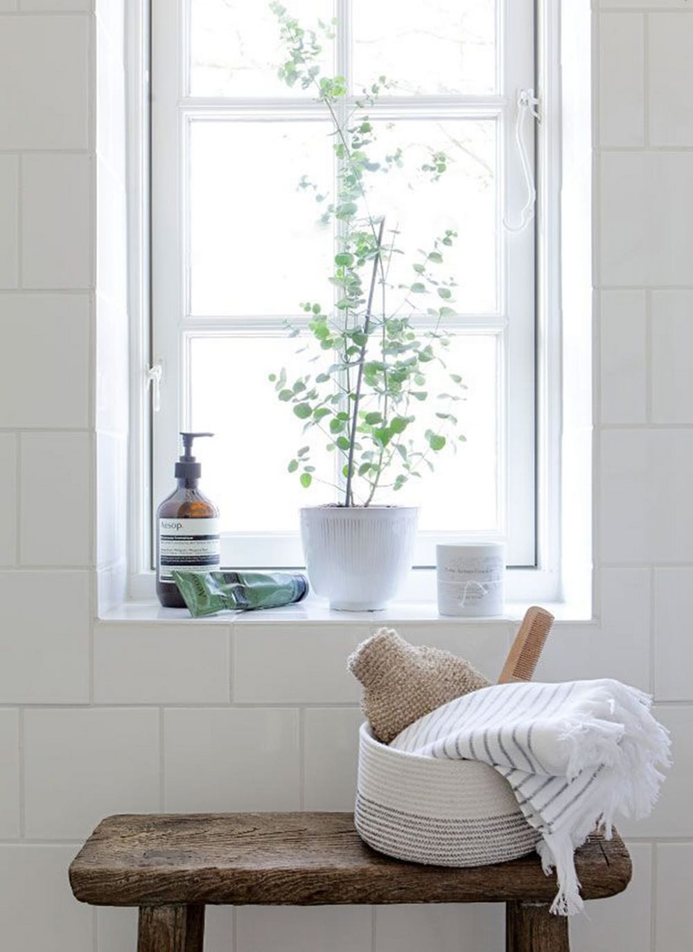 Minimal bathroom styling tips style minimalism for Bathroom decor inspiration