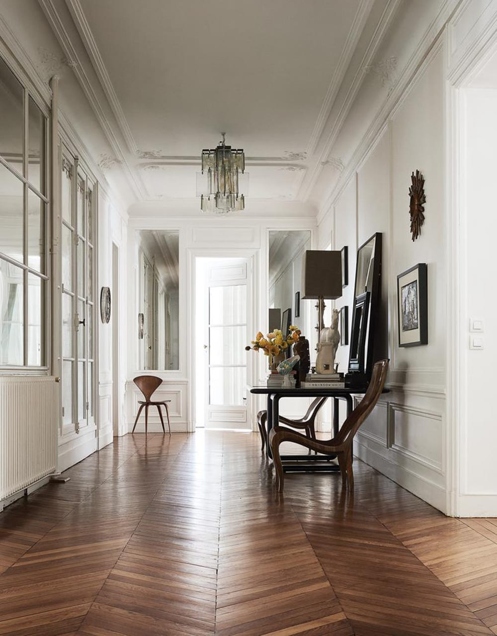 Clare waight keller 39 s paris apartment style minimalism for Apartment inside