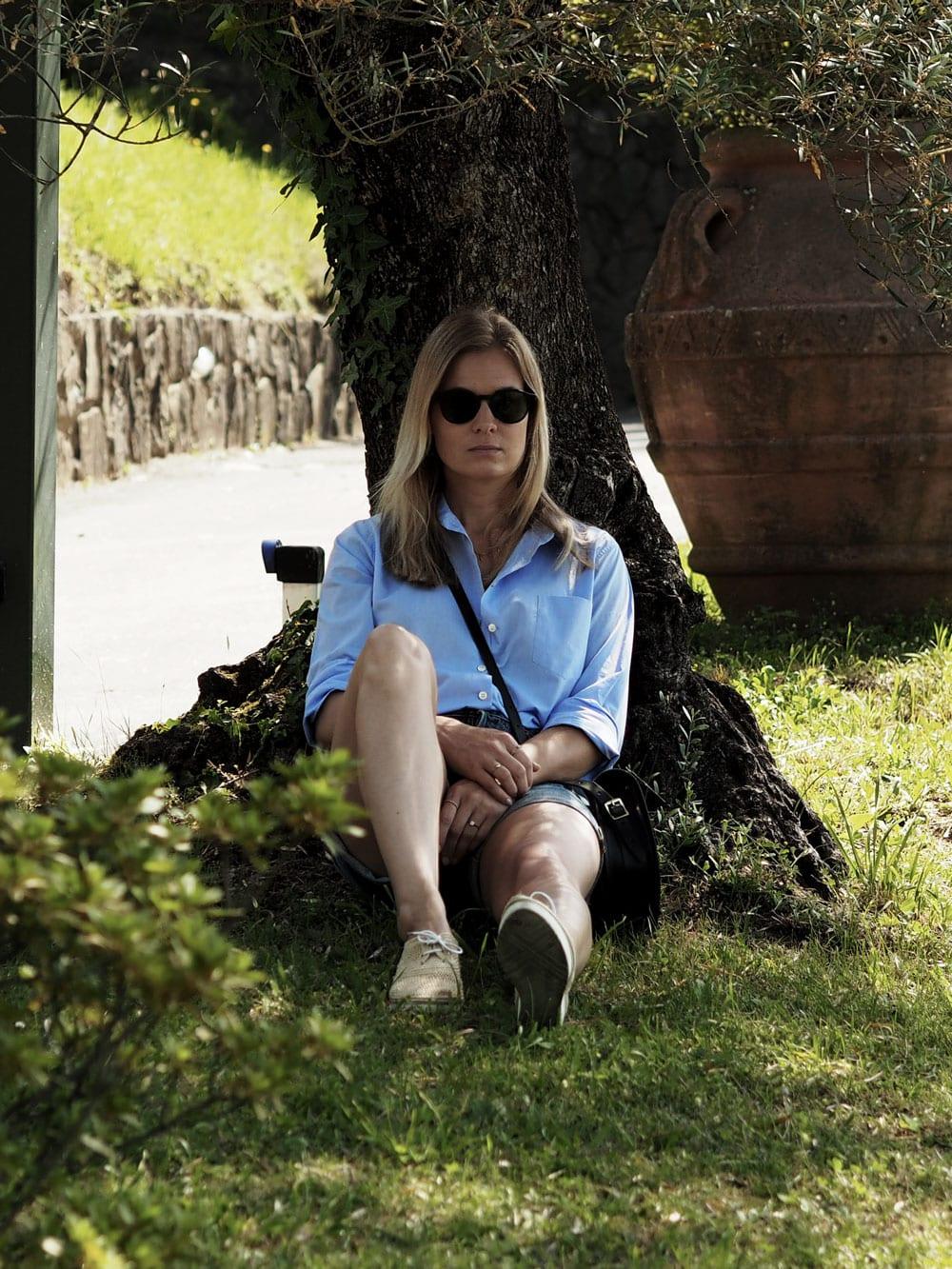 Style&Minimalism | It's Personal | Lucca | Wearing ME+EM blue shirt, AYR denim shorts, Cambridge Satchel Company saddle bag, Robert Clergerie raffia flatforms
