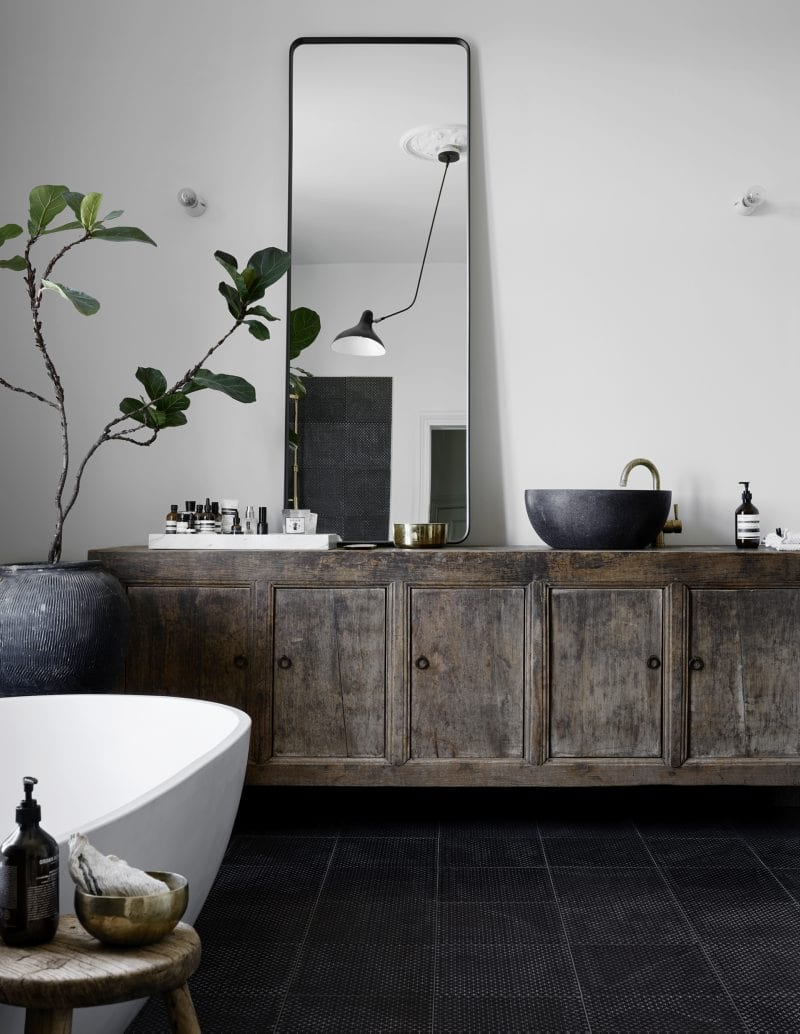 Minimalist bathroom with fig tree | Home of Artilleriet's Owners